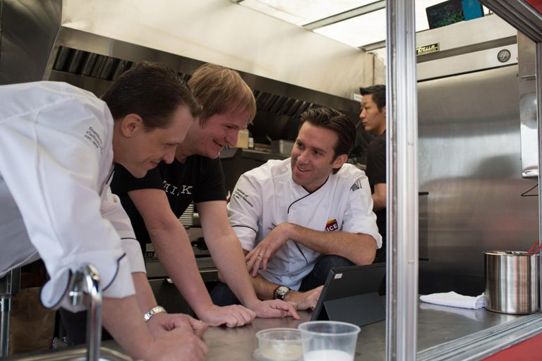 Florian Pinel, en el centro, junto a James Briscione, a la derecha, consultando el contenido de una receta de Watson. Foto gentileza de IBM
