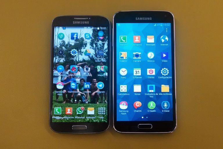 Un Samsung Galaxy S4 junto a un Galaxy S5