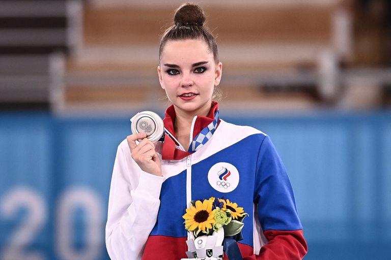 La rusa Dina Averina posa con su medalla de plata tras la final individual de gimnasia rítmica en Tokio 2020.