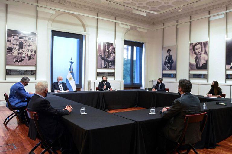 Ginés González García, Santiago Cafiero y Matías Lammens, al frente de la reunión con la AFA en el Salón de las Mujeres de la Casa de Gobierno.