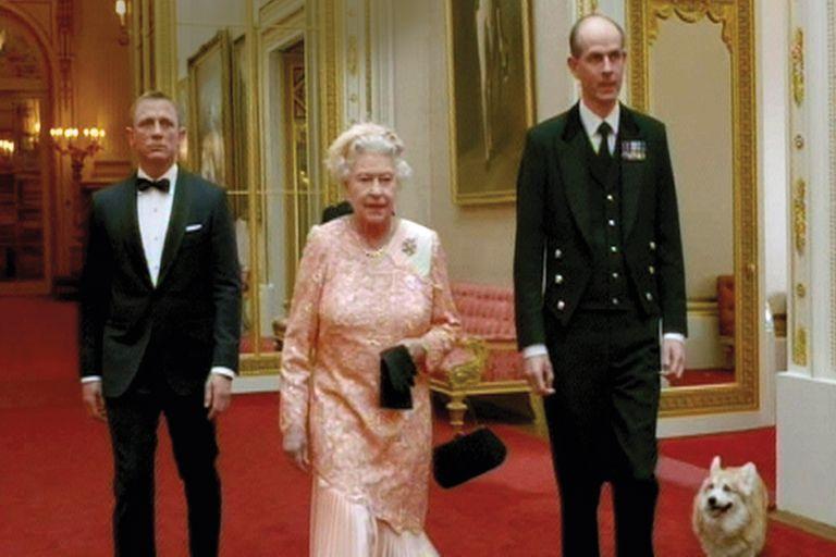 Los corgis con su ama y la estrella 007, Daniel, Craig durante el spot filmado para la ceremonia de apertura de los Juegos Olímpicos 2012 en Londres