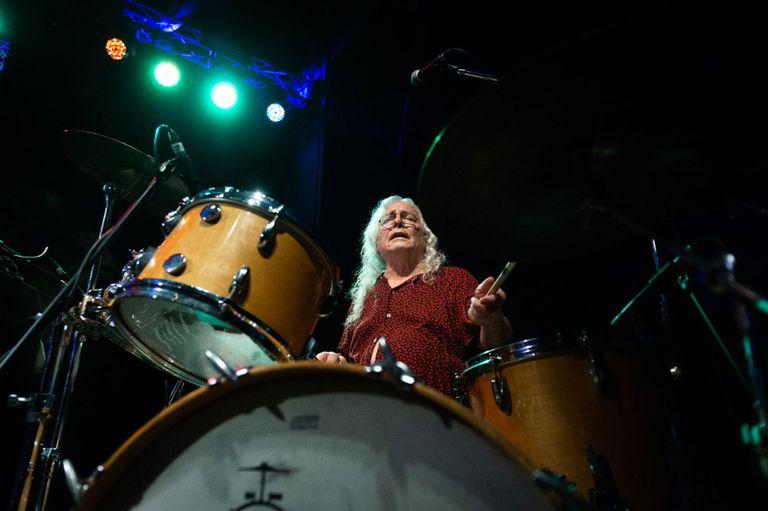 Rodolfo García, ex Almendra, en batería.