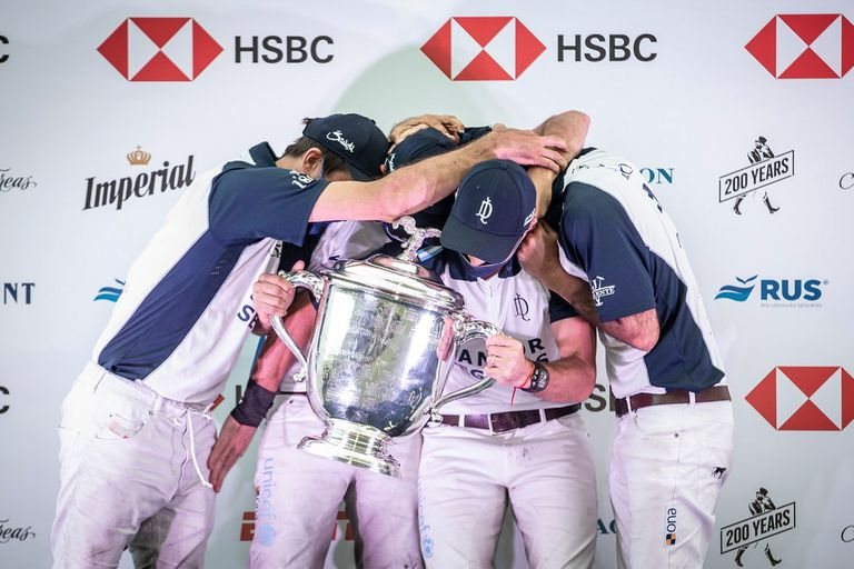 La Dolfina, el abrazo y la copa que los acredita como campeones del Abierto de Palermo por octava vez.