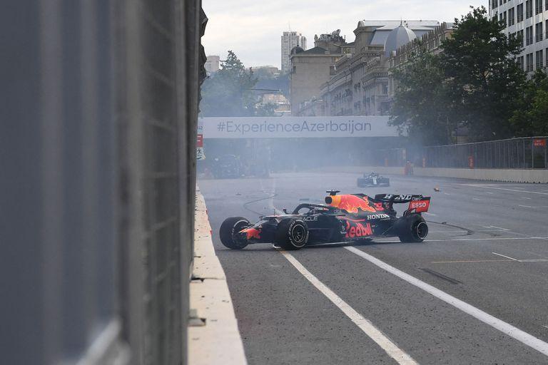 Max Verstappen golpea contra la pared en el GP de Azerbaiyán; tenía el triunfo asegurado y faltaban cinco vueltas