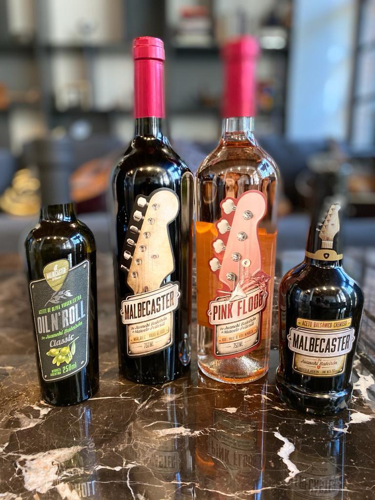 Vinos Malbecaster y Pink Flood, de Juanchi Baleirón, junto con su aceto y su aceite de oliva