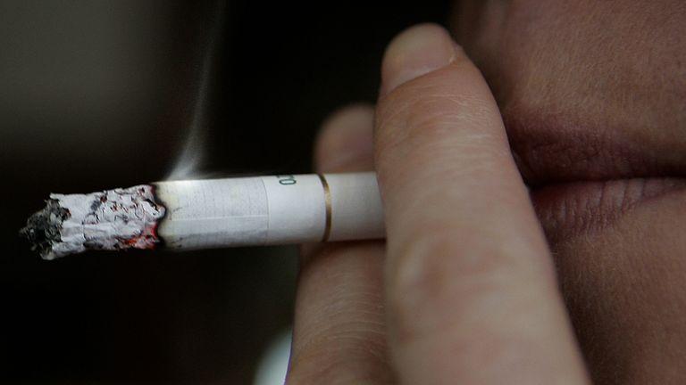 Prohibido fumar: el Papa ordenó que no se vendan más cigarrillos en el Vaticano