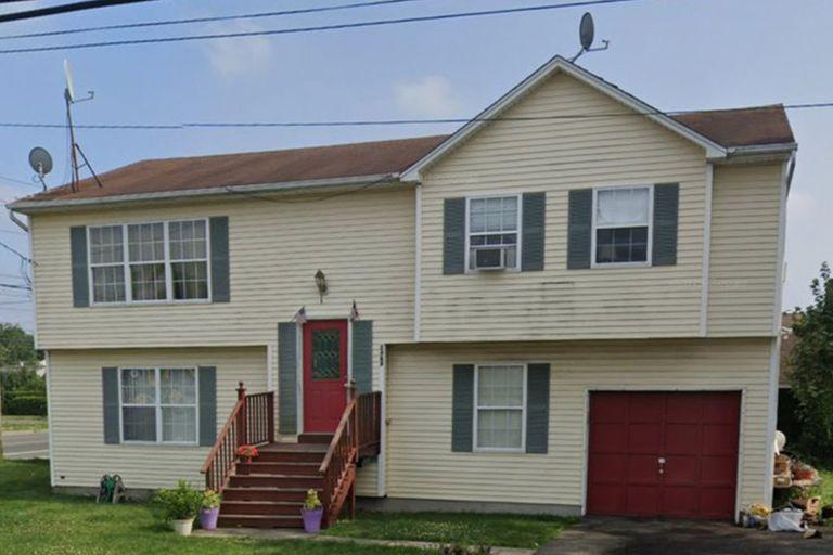 El frente de la casa de Guramrit Hanspal en Long Island, Estados Unidos, donde vive sin pagar un centavo hace más de dos décadas