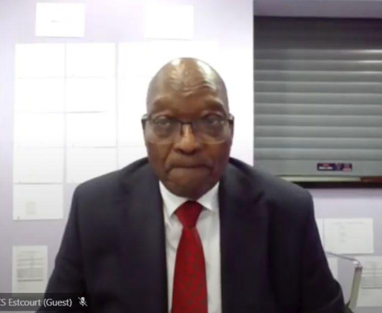 El ex presidente de Sudáfrica Jacob Zuma, aparece en una pantalla virtualmente desde el centro de servicios penitenciarios de Estcourt, en Pietermaritzburg, Sudáfrica, donde se reanuda su juicio por corrupción