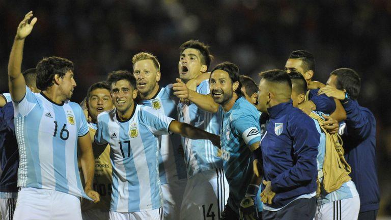 Con las camisetas argentinas -salvo Lucchetti- los jugadores del Decano festejaron en Quito