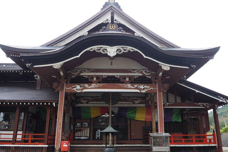 El salón principal del templo Dainichibo, un lugar que puede visitarse y donde se encuentra uno de los budas vivientes más célebres,  Daijuku Bosatsu