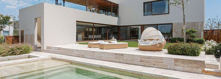 En un terreno en esquina, una casa de tres volúmenes con espacios conectados