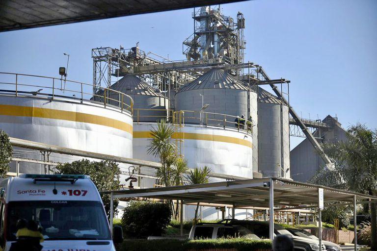 Personal de bomberos de la zona y prácticos de Prefectura, con el apoyo de médicos de dos servicios de emergencia, tratan de asistir con oxígeno a la persona atrapada, mientras pesadas máquinas trabajan para retirar el cereal que se acumuló en el lugar