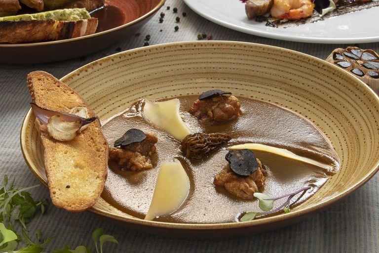 Sopa de mollejas con hongos y queso pecorino