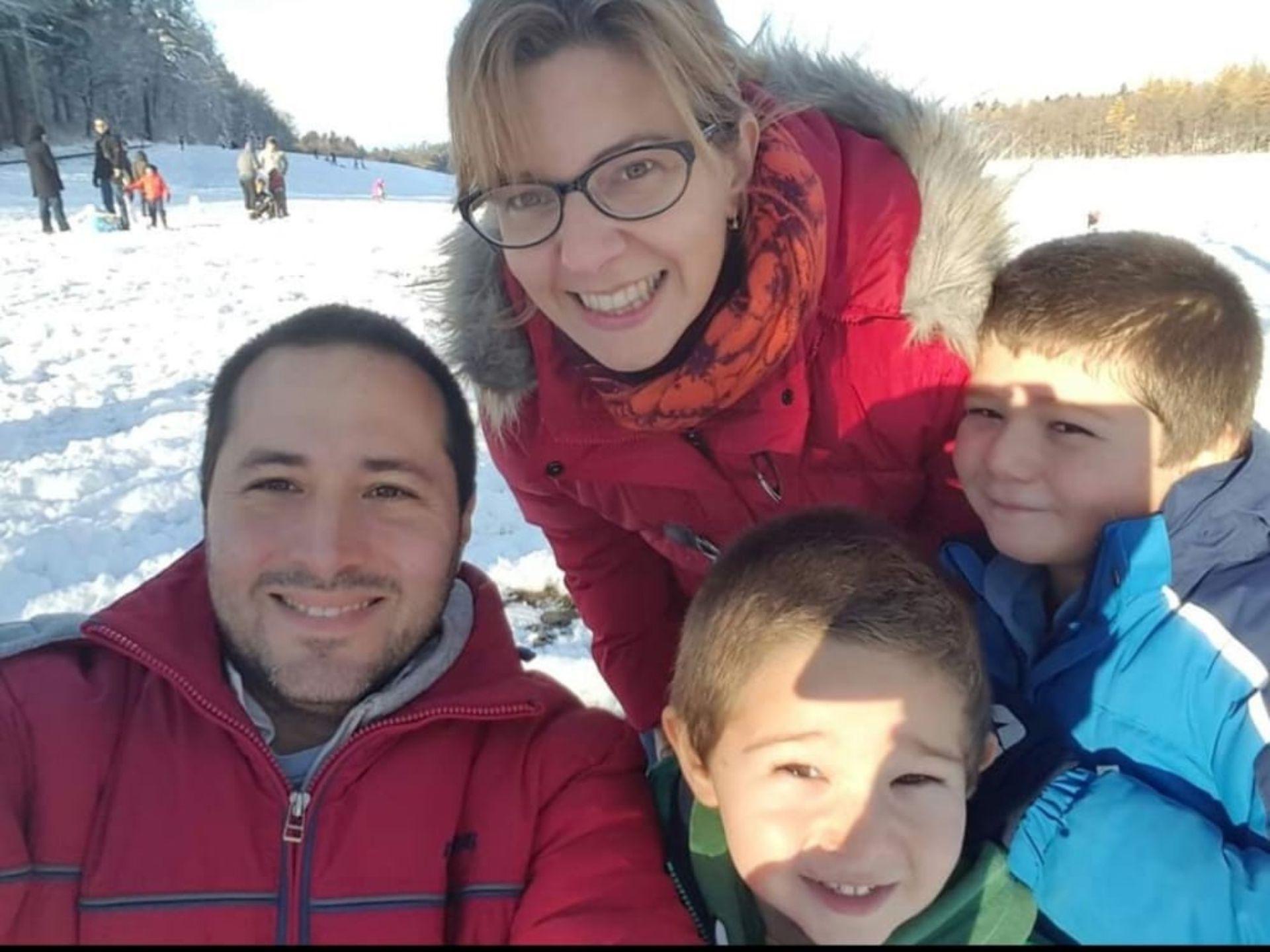 Un paseo por la nieve en Lausanne junto a su marido y sus dos hijos.