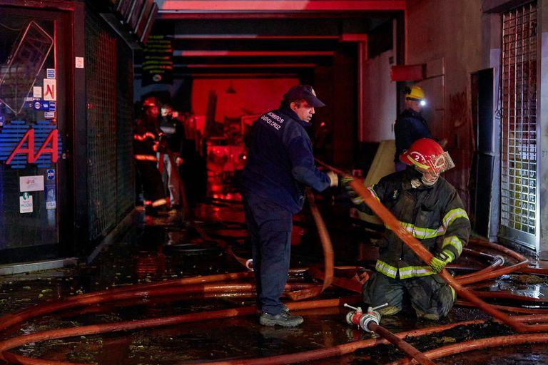 Bomberos trabajan en el edificio que se incendió en la calle Colón en pleno centro de Mendoza