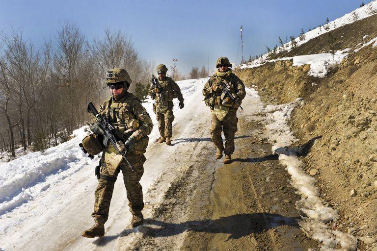Soldados estadounidenses durante un control en Kabul, Afganistán. Una visualización de Strava reveló movimientos de los usuarios de la app cerca de bases militares