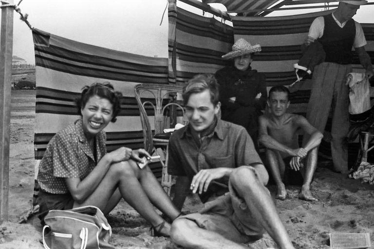 Mar del Plata: Juan Rodolfo Wilcock, en primer plano, detrás, sentados, Angélica Ocampo y José Bianco; al fondo, de pie, Adolfo Bioy Casares, en una foto de Silvina Ocampo