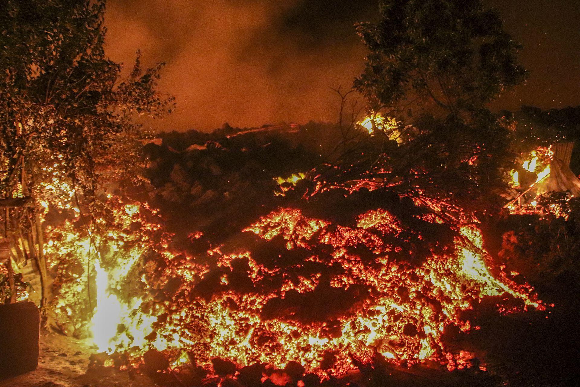 El balance de pérdidas humanas tras esta inesperada erupción del sábado llega ya a 32 muertes, según las autoridades locales. Siete de las víctimas fallecieron asfixiadas por vapores tóxicos el lunes, cuando caminaban sobre el flujo de lava.
