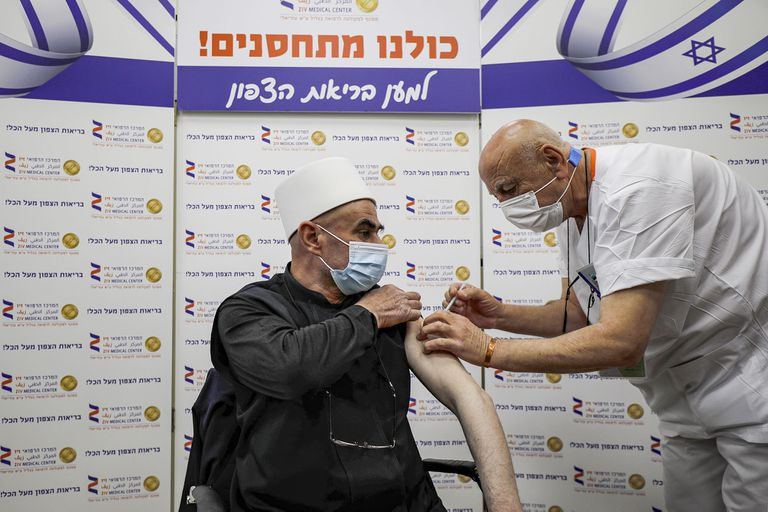 Un hombre recibe una inyección de la vacuna contra el coronavirus Pfizer-BioNTech en el Centro Médico Ziv en la ciudad de Safed, en el norte de Israel