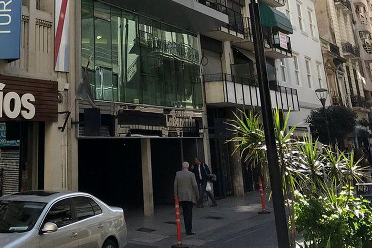 El frente del hotel donde el hombre intentó rescatar a su mujer en cuarentena