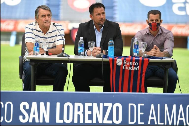 Diego Dabove en el Nuevo Gasómetro, en compañía de Hugo Tocalli y Leandro Romagnoli