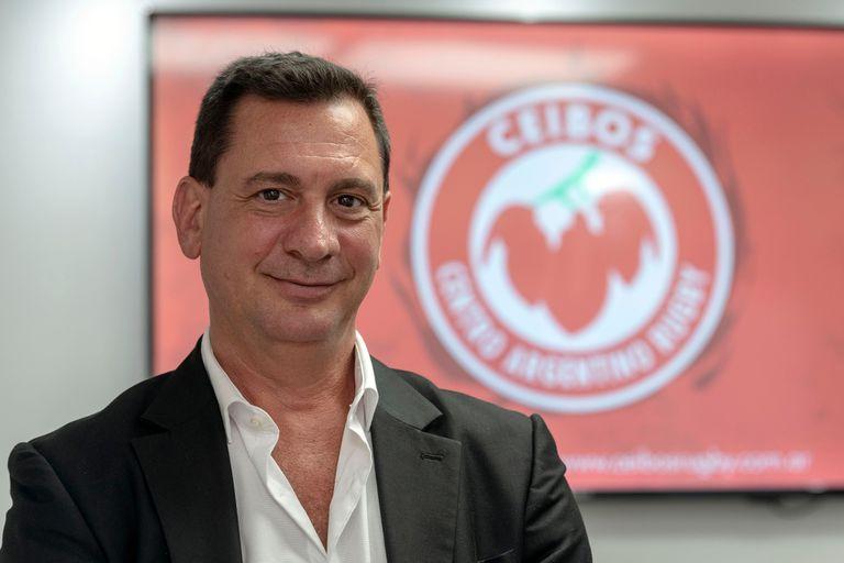 Fernando Riccomi, en una de sus oficinas, con el logo del equipo que participaba en la Superliga Americana; ahora irá a juicio con la UAR