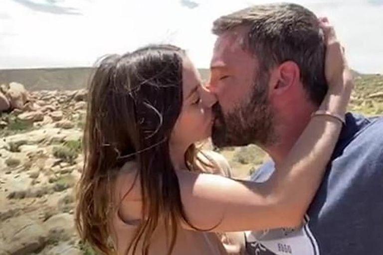 """El apasionado beso """"antes de que acabe el mundo"""" de Ben Affleck y Ana de Armas"""