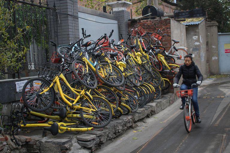 En China las calles se llenaron de cementerios de bicicletas de alquiler