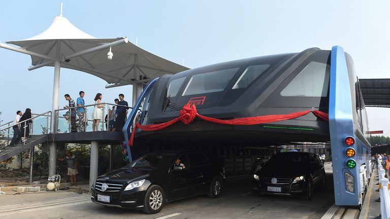 China inaugura el autobús que puede pasar por encima del tránsito
