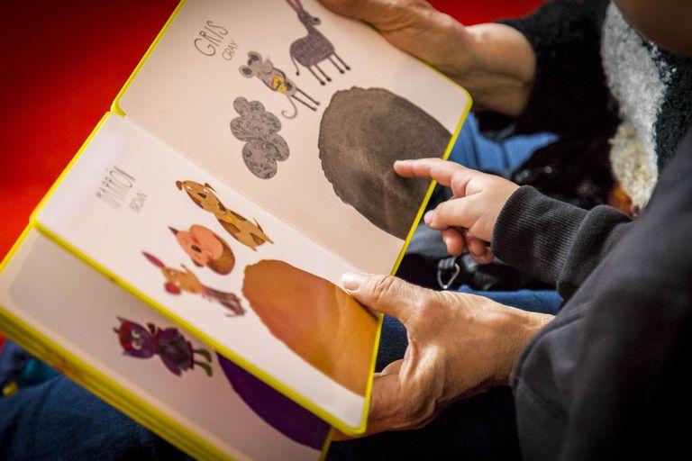 Feria de libros infantiles al aire libre en la Biblioteca Parque de la Estación