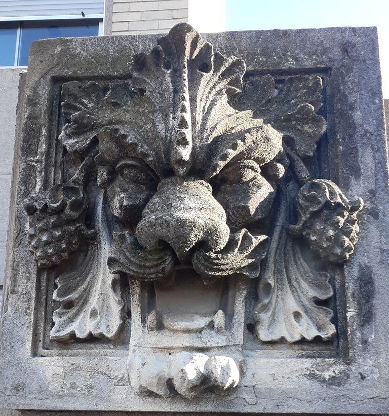 """El estilo arquitectónico es """"liberty milanés"""" y se caracteriza por ser muy ornamentado: hay esculturas y molduras con motivos animales y florales. También herrería artística y muchas diferentes texturas"""