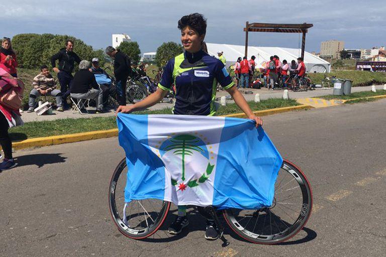 Abril Garzón, con la bandera de Nequén, tras ganar la medalla de bronce en la prueba puntable del ciclismo de ruta