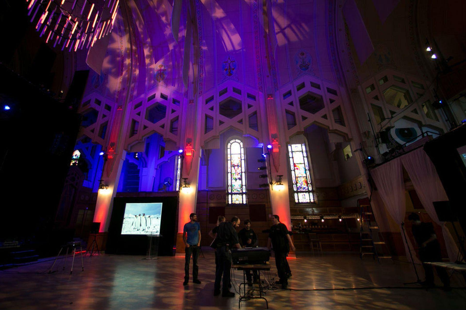 La iglesia Nuestra Señora del Perpetuo Socorro en Montreal fue transformada en el Théâtre Paradoxe (Teatro Paradoja), con un costo de casi 3 millones de dólares en renovaciones