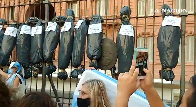 "27F: ""Bolsas con cadáveres"" frente a la Casa Rosada"