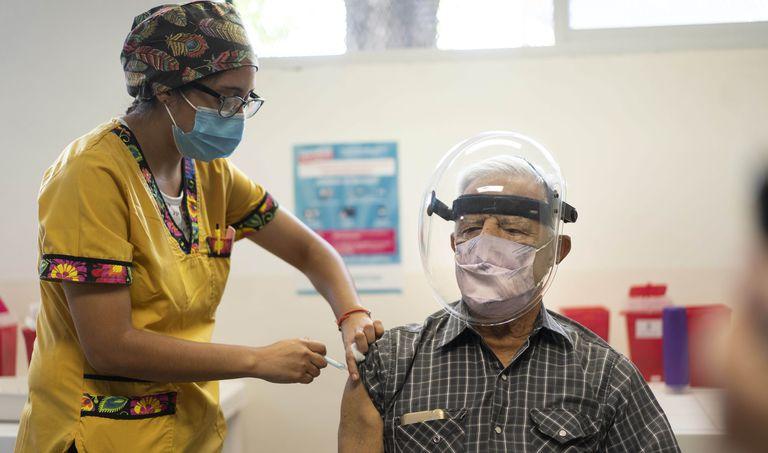 Vacunar con las dos dosis, sobre todo a los mayores de 60, es indispensable para afrontar a la variante delta