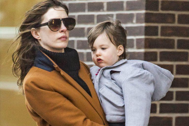 Hathaway reveló el nombre de su segundo hijo... a punto de que cumpla un año