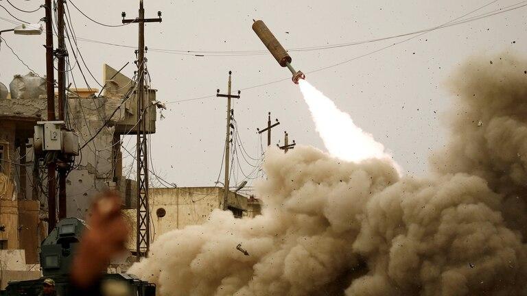 Fuerzas iraquíes lanzan un misil durante una batalla contra Estado Islámico, 11 de marzo