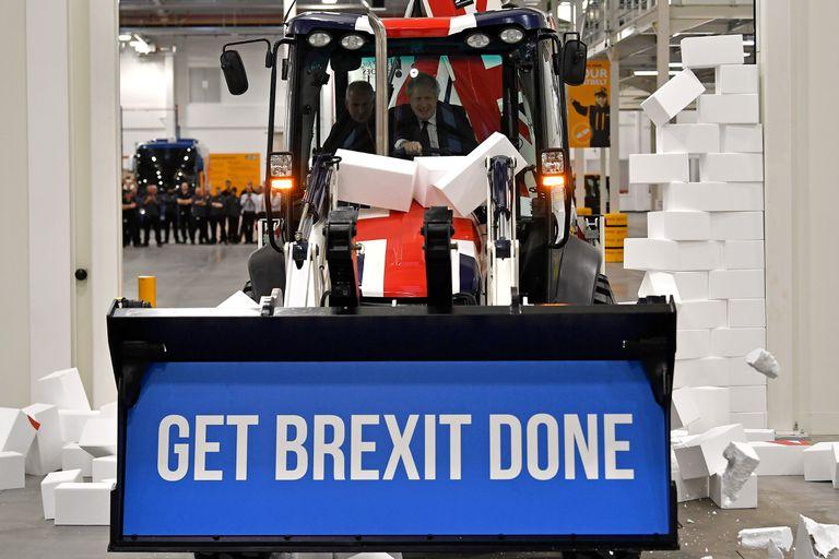 """El primer ministro Boris Johnson con su lema: """"Concretar el Brexit"""""""