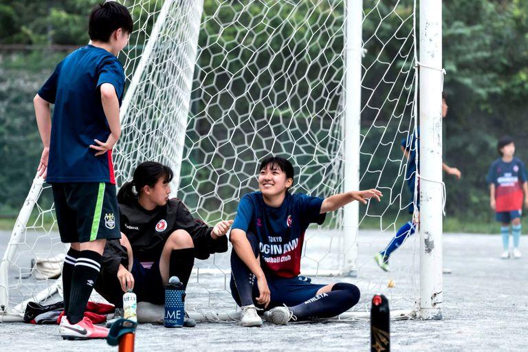 Koko Tsujii, a la derecha, conversa con otras integrantes del equipo femenino del club de fútbol de Suginami