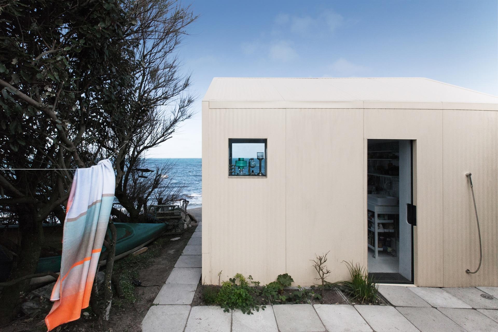 Para cubrir la vieja estructura de cemento se usaron placas de chapa acanalada color champagne con aislante. El clima dirá si es un buen día para usar la ducha al aire libre o la que está conectada en el mismo lugar, pero en el interior.