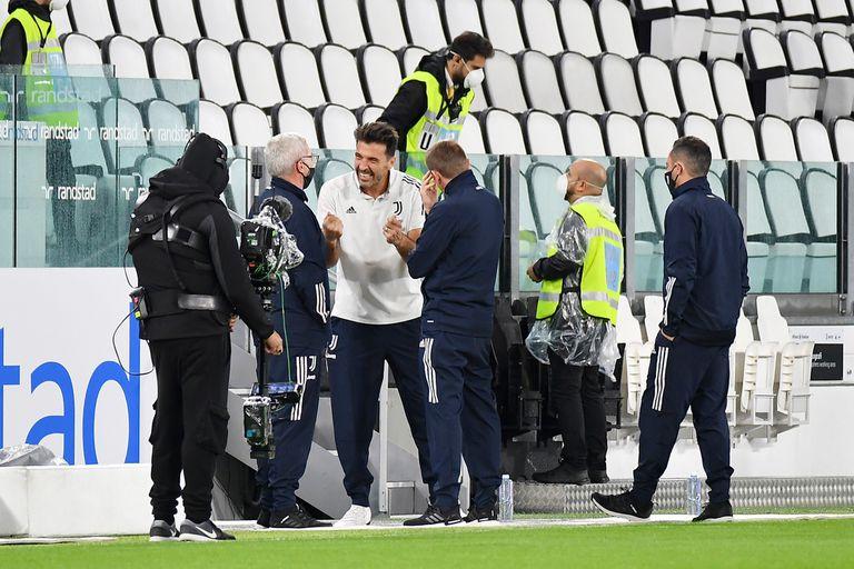 Gianluigi Buffon conversa con auxiliares de Juventus, minutos antes del horario en el que debía empezar el partido ante Napoli