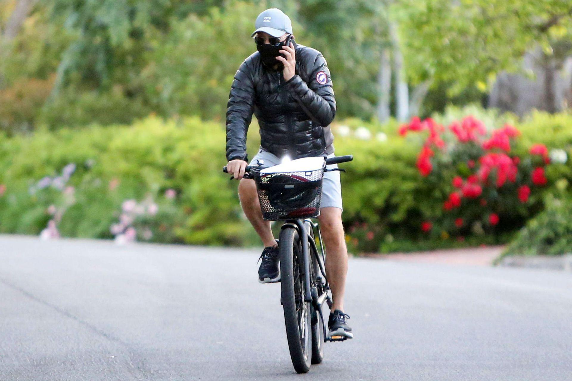 Michael Keaton hoy, a los 68 años, en tiempos de pandemia, bicicleteando en Los Ángeles