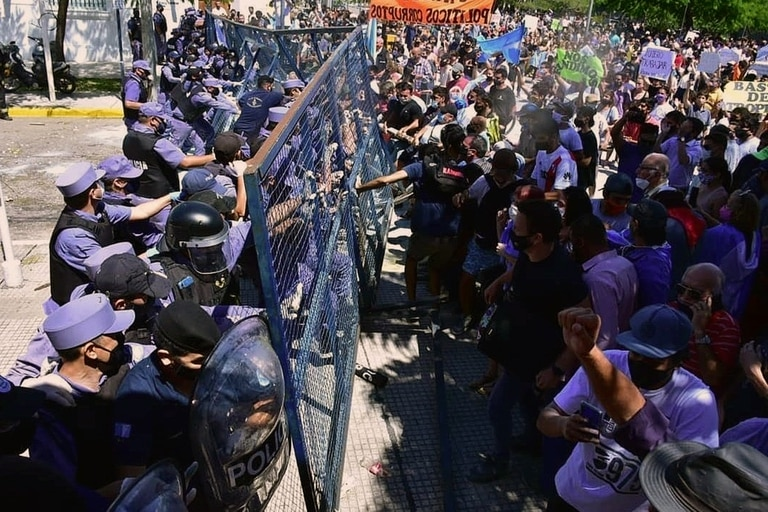 Formosa ya lleva tres días seguidos de marchas y choques con las fuerzas policiales en protesta por la vuelta a la fase 1 de cuarentena y por el tratamiento a las personas contagiadas